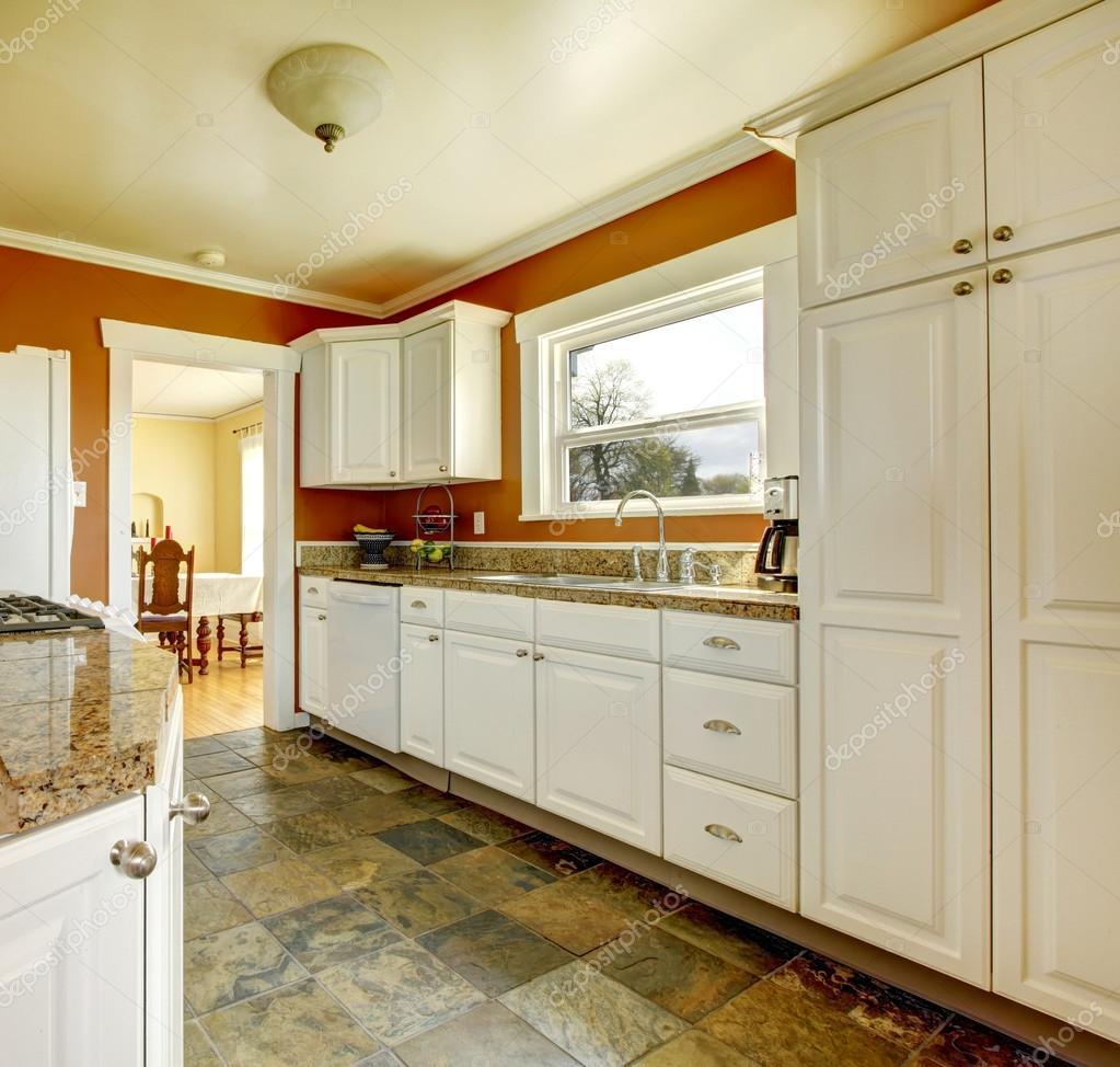 Camera arancio cucina con armadi bianchi — Foto Stock © iriana88w ...