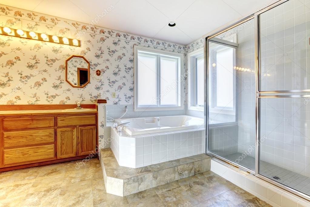 Floral cuarto de ba o con ducha y ba era blanco foto for Cuartos de bano famosos