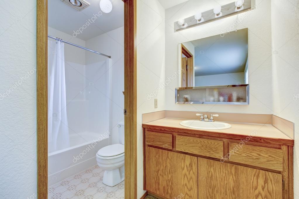 Handfat Toalett : Ljust badrum med förrum ? stockfotografi � iriana w