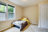 Empty room with mattress and floral bedding — ストック写真