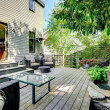 Beautifully designed backyard with patio area — Stockfoto