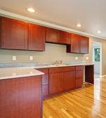 New cherry wood cabinet kitchen. — Stockfoto