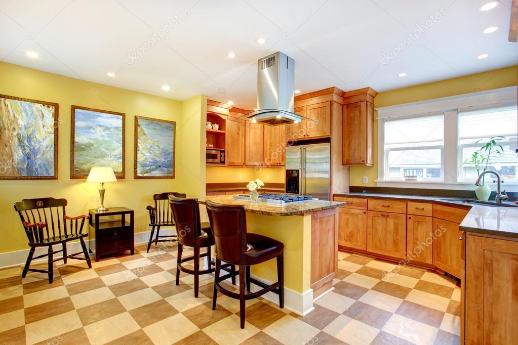 Pareti Gialle In Cucina : Interno di cucina pareti gialle e pavimento ...