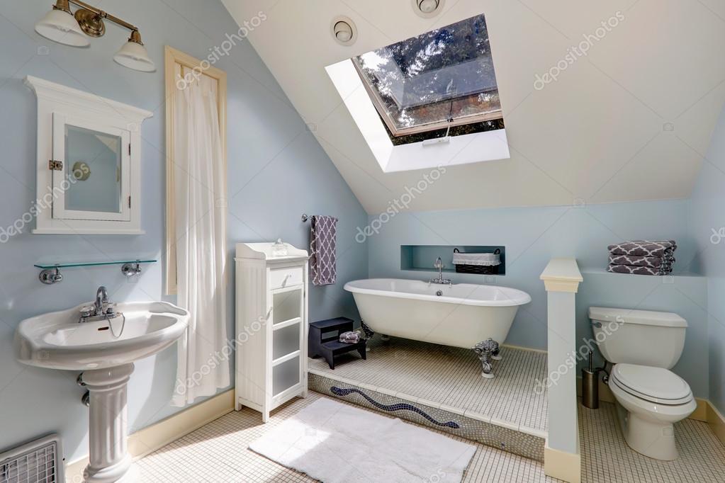 Velux bagno con vasca da bagno depoca — foto stock © iriana88w ...