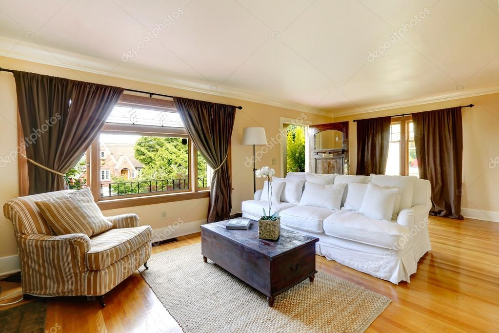 Sala de estar con muebles antiguos — Fotos de Stock © iriana88w ...