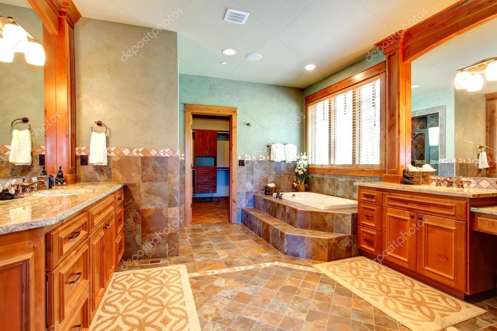 Scarica - Bagno di lusso con piastrelle parete trim — Immagini Stock ...