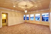 Prázdná místnost s výhledem na západ slunce oknem — Stock fotografie