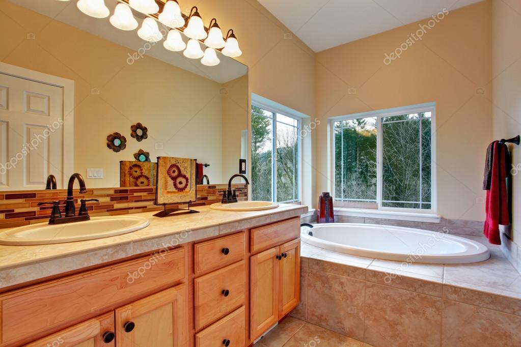 Bagno con vasca idromassaggio e finestra vista — Foto Stock ...