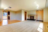 Salle vide avec cheminée — Photo