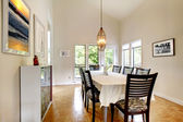 Elegante sala de jantar com mesa preto conjunto — Fotografia Stock