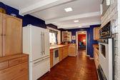 Contrast kleuren keuken kamer met stenen vloer — Stockfoto