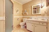 Měkké slonoviny prázdné koupelně interiér ve starém domě — Stock fotografie