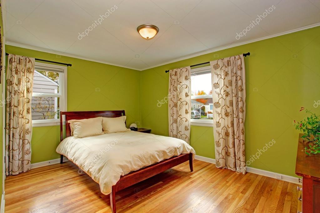schlafzimmer mit hellen neon gr n w nde stockfoto. Black Bedroom Furniture Sets. Home Design Ideas