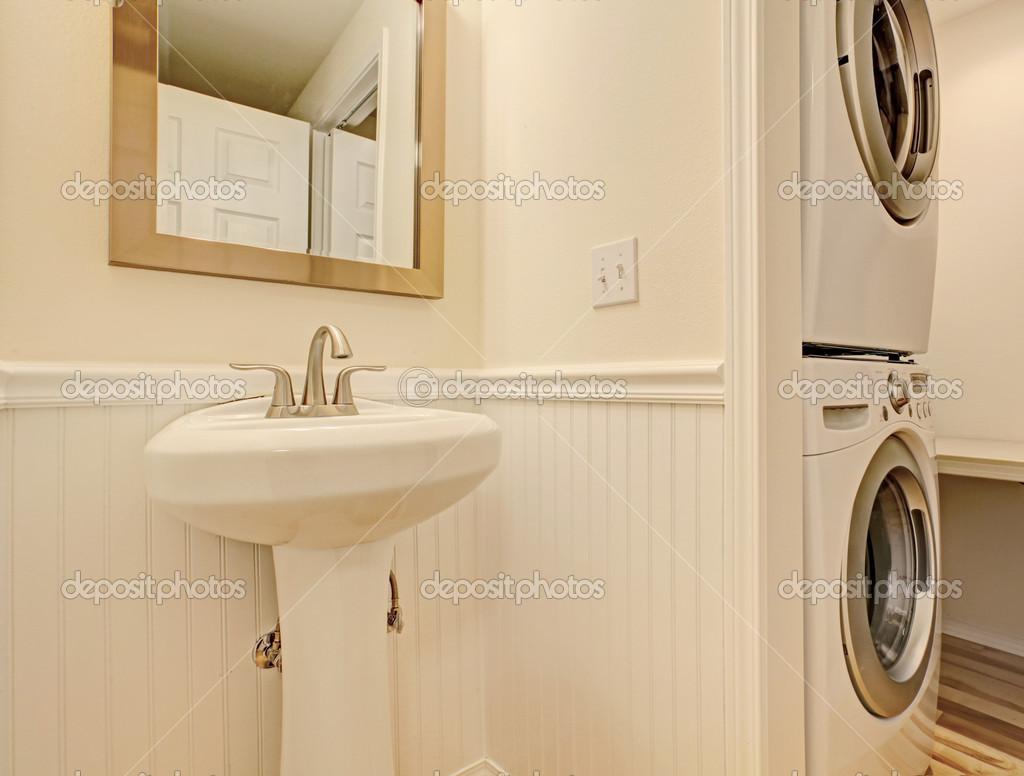 Cuarto de ba o con lavadora y secadora foto de stock - Instalar lavadora en bano ...