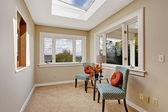 Malý pokoj s světlík a barevné židle — Stock fotografie