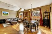 Interior da casa. sala de estar com zona de refeições — Fotografia Stock