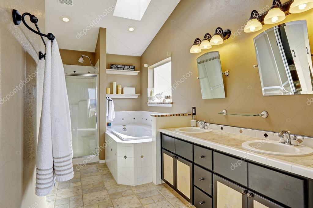 Moderne Badezimmer-Intrerior in den Farben braun und beige ...