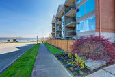 Residential building exterior. View of walkway and driveway — Foto Stock
