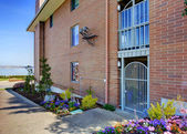 Brick residential building. Entrance view — Foto Stock