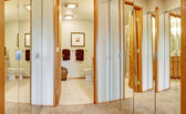 Corridor with mirror door closets and bathroom view — Foto de Stock