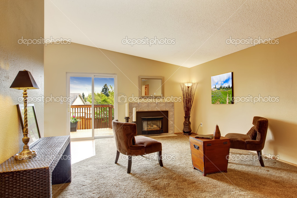 Empty living room in soft ivory with fireplace and walkout - Color marfil en paredes ...