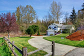 House exterior. View of driveway and front yard — Stock Photo