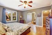 Интерьер спальни с гардеробной — Стоковое фото