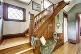 деревянная лестница с скамейке в старом доме — Стоковое фото