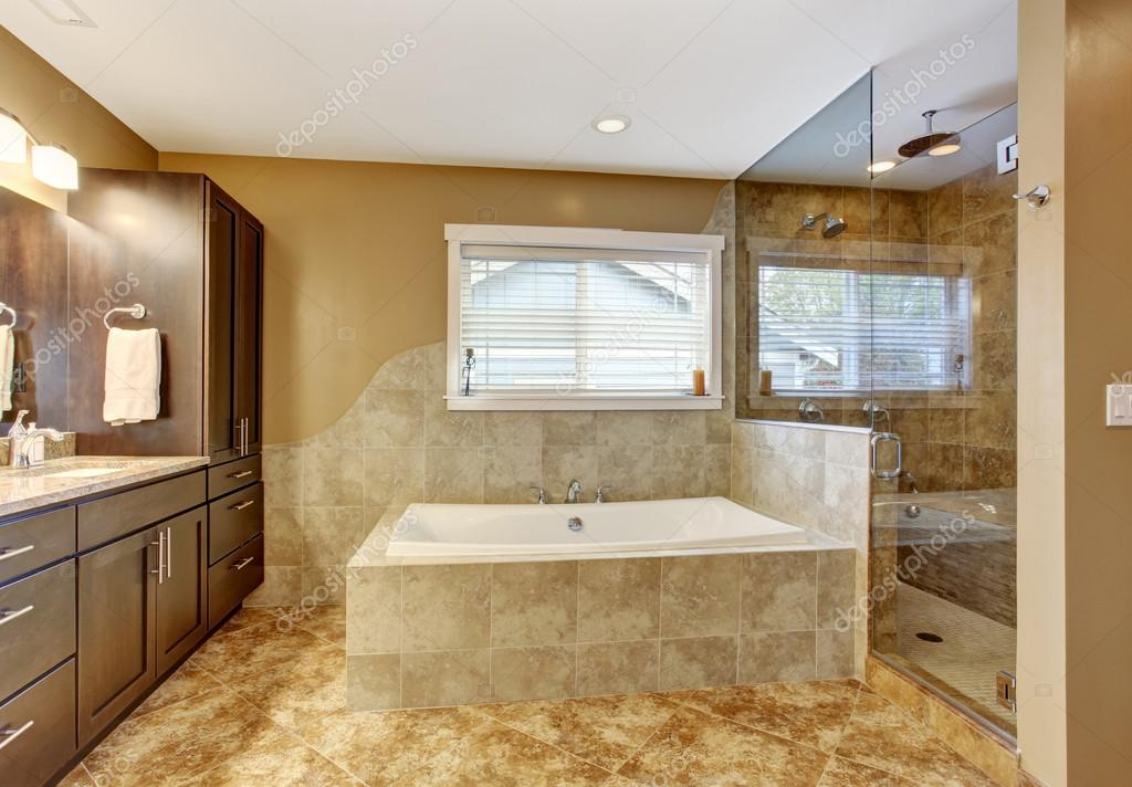 modernes badezimmer interieur mit glas t r dusche. Black Bedroom Furniture Sets. Home Design Ideas