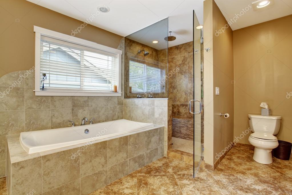 Interno del bagno moderno con doccia porta in vetro — foto stock ...