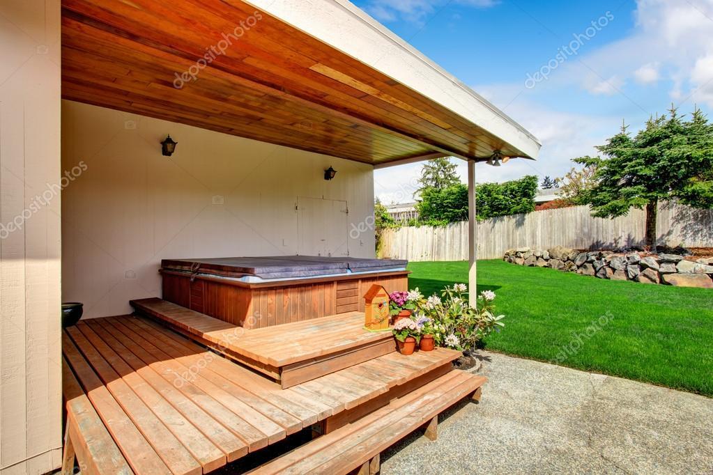 Extérieur de la maison. pont de jardin avec jacuzzi — Photographie ...