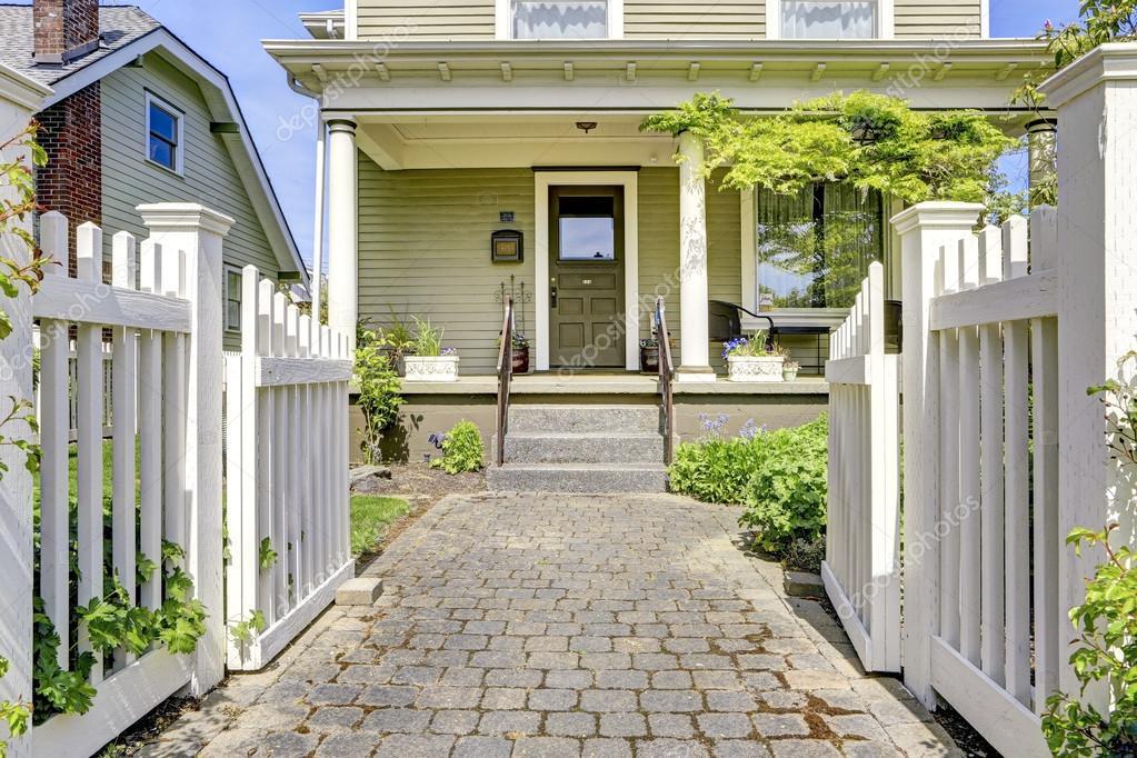 Porche d 39 entr e de maison avec un escalier et passerelle photographie iriana88w 49904813 - Maison avec porche d entree ...