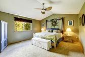 Schlafzimmer innere verziert mit Wandkunst und Vorhänge — Stockfoto