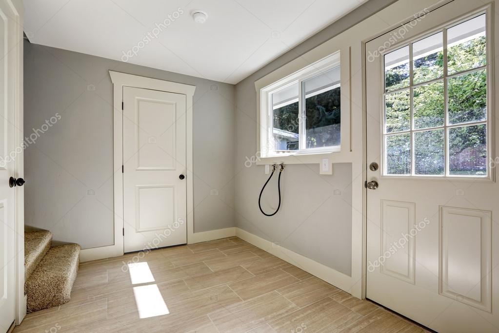 couloir vide avec carrelage sol et entr e de porte photographie iriana88w 49953919. Black Bedroom Furniture Sets. Home Design Ideas