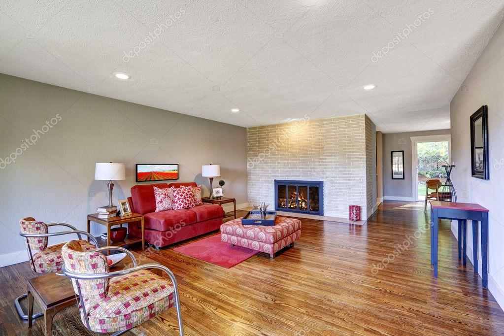 Sala De Estar Vermelho ~ moderna sala de estar com lareira e sofá vermelho — Fotografias de