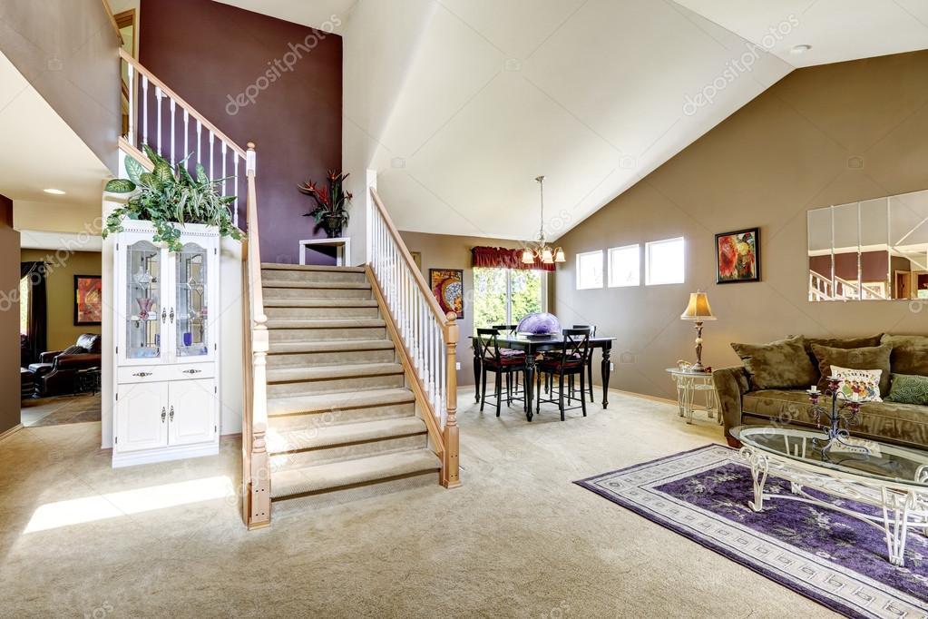 Intérieur de maison avec haut plafond voûté. salle de séjour avec vue sur zone et escalier diining\u2014 Image de iriana88w