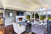 роскошный интерьер дома. гостиная с красивым видом — Стоковое фото