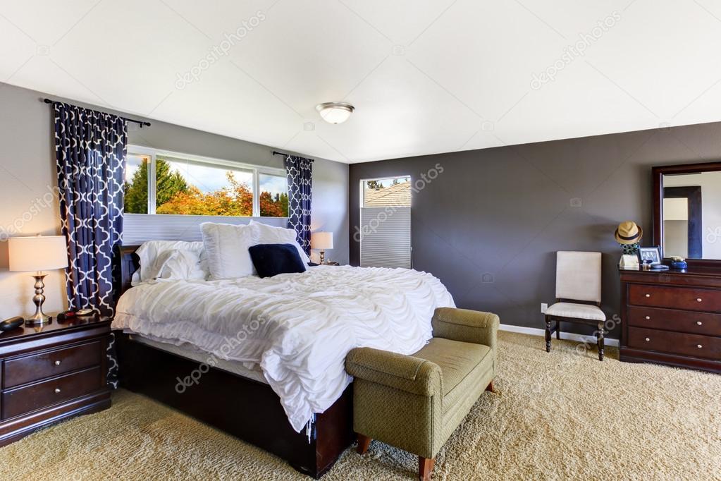 gezellige slaapkamer interieur in zachte paarse kleur