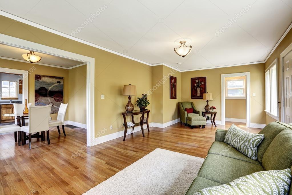 Huis interieur met open plattegrond. woonkamer met eetkamer zijn ...