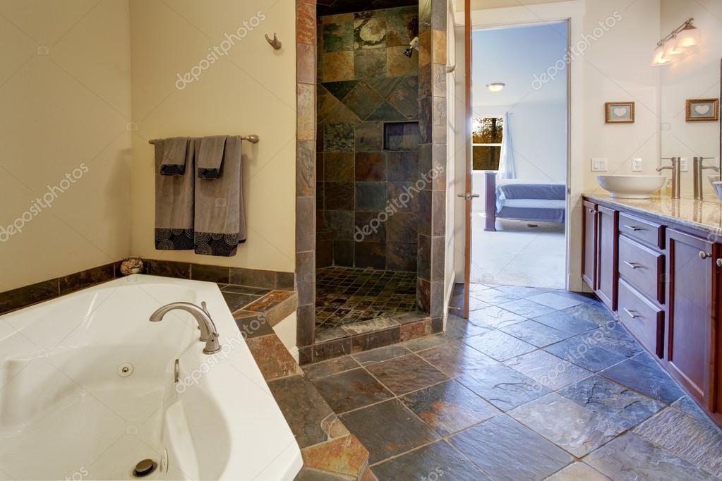 Interno di bagno moderno con doccia piastrelle trim — foto stock ...