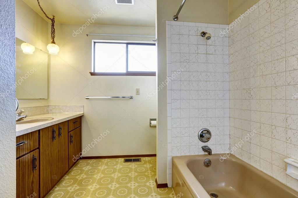 int rieur de la salle de bain vide dans vieille maison photographie iriana88w 50020949. Black Bedroom Furniture Sets. Home Design Ideas