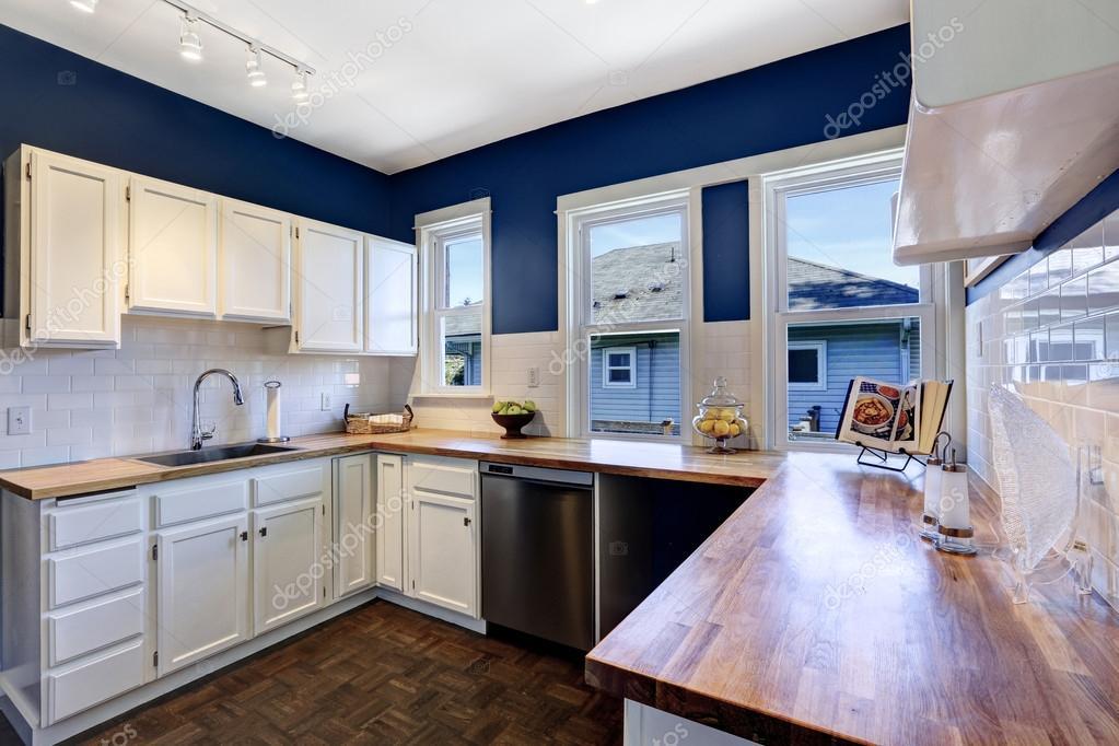 Keuken interieur in heldere marine en witte kleuren — stockfoto ...