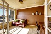 Bürozimmer mit rotem leder-couch — Stockfoto
