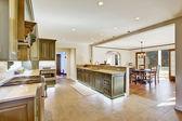 Luxusní interiér khaki kuchyně s jídelnou spaciuos — Stock fotografie