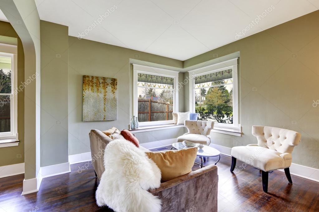piccola area soggiorno con due classiche sedie tavolino top ...