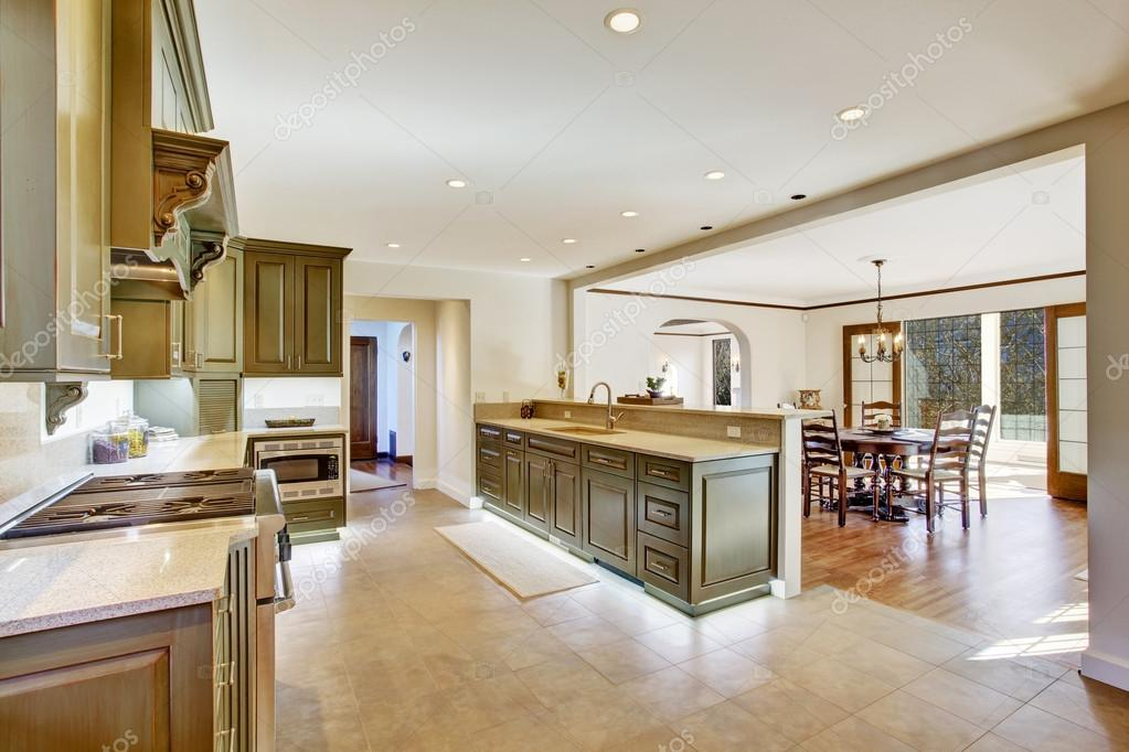 Int rieur de cuisine kaki de luxe avec spaciuos salle for Salle a manger de luxe moderne