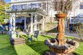 Luxusní zvenčí. fontány v zahradě — Stock fotografie
