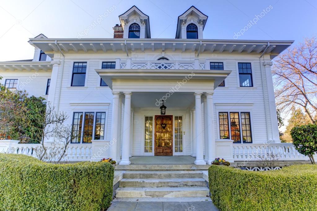 Luxe amerikaans huis met beteugelen beroep stockfoto iriana88w 50488311 - Huis met veranda binnenkomst ...