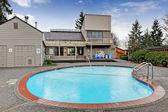Samhället klubbhuset byggnad med pool. — Stockfoto