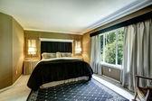 Brun eleganta sovrum inredning med svart säng och gepard kudde — Stockfoto